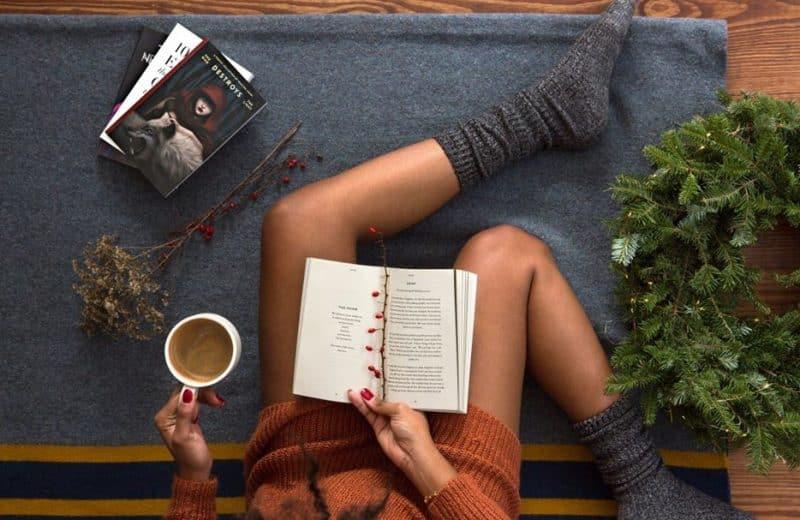 Une femme qui lit en buvant un café