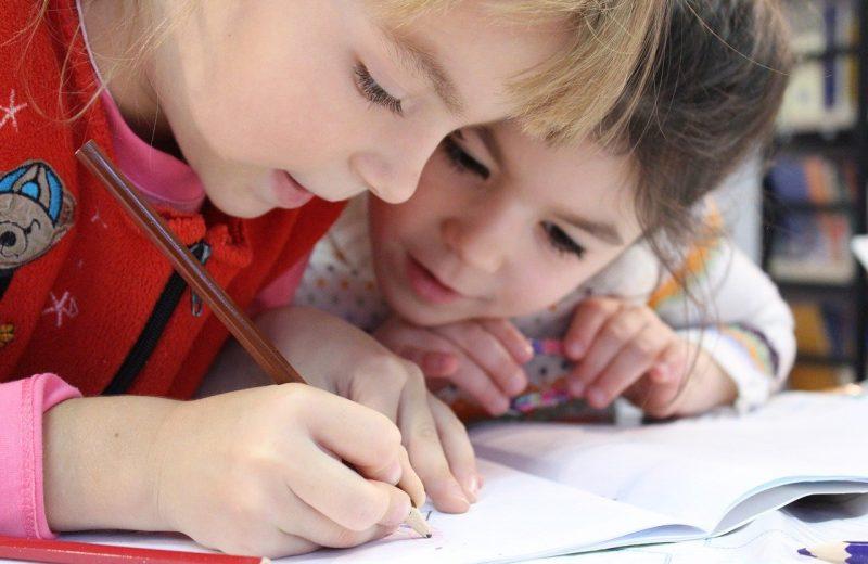 Deux enfants à l'école